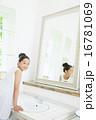 鏡を見る10代の女の子 16781069