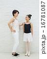 バレエをする10代の女の子とお母さん 16781087
