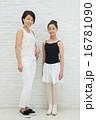 バレエをする10代の女の子とお母さん 16781090