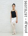 バレエ姿の10代の女の子 16781096