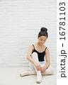 バレエ姿の10代の女の子 16781103