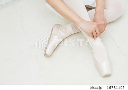 バレエ姿の10代の女の子 16781105