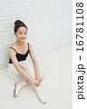 バレエ姿の10代の女の子 16781108