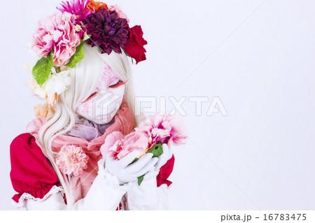 白い背景の前でポーズをとるゴシックロリータファッションの若い