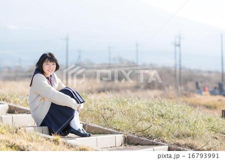 公園で遊ぶセーラー服を着た女の子 16793991
