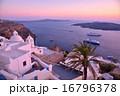 サントリーニ島から眺めるエーゲ海と航海する客船 16796378