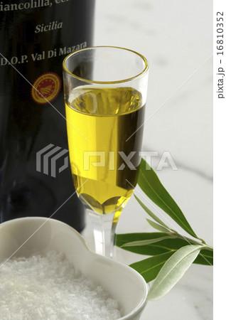 オリーブオイルの写真素材 [16810352] - PIXTA
