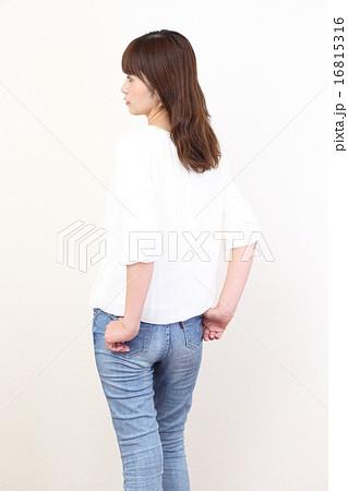 ジーンズを履いた女性 16815316