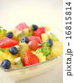 フルーツのクレーム・パティシエール 白背景 (縦位置) 16815814