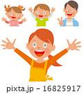 手を広げて笑顔のエプロンを着た女性と家族の4人セット 16825917