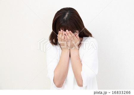 手で顔を覆う女性 16833266