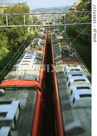 上から見たすれ違う電車 16864237