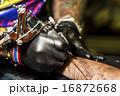 腕にタトゥーを入れる男性 16872668