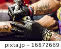 腕にタトゥーを入れる男性 16872669