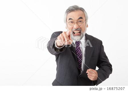 激怒するシニアのビジネスマン 16875207
