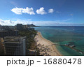 ハワイ南国楽園ワイキキ美しい砂浜ビーチとダイヤモンドヘッドを望む 16880478