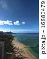 ハワイ南国楽園ワイキキ美しい砂浜ビーチとダイヤモンドヘッドを望む 16880479