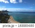 ハワイ南国楽園ワイキキ美しい砂浜ビーチとダイヤモンドヘッドを望む 16880480