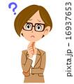 疑問を持つスーツの女性 16937653