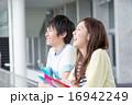 男女 キャンパスライフ 大学生の写真 16942249