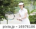 テニスをする50代の女性 16976186