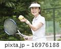 テニスをする50代の女性 16976188