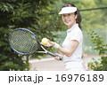 テニスをする50代の女性 16976189