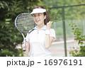テニスをする50代の女性 16976191