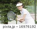 テニスをする50代の女性 16976192