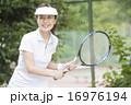 テニスをする50代の女性 16976194