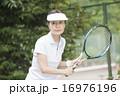 テニスをする50代の女性 16976196