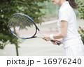 テニスをする50代の女性 16976240