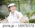 テニスをする50代の女性 16976378