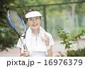 テニスをする50代の女性 16976379
