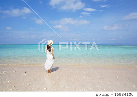 ビーチ 麦わら帽子 白いワンピースの女性 16984100