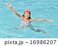 プールで遊ぶ女の子 16986207