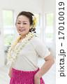 フラダンスの衣装を着た女性 17010019