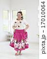 フラダンスの衣装を着た女性 17010064