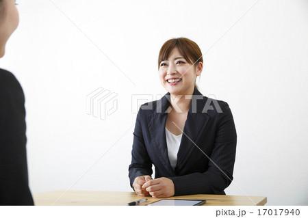 営業する若い女性 17017940