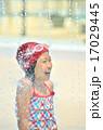 プールで遊ぶ女の子 17029445