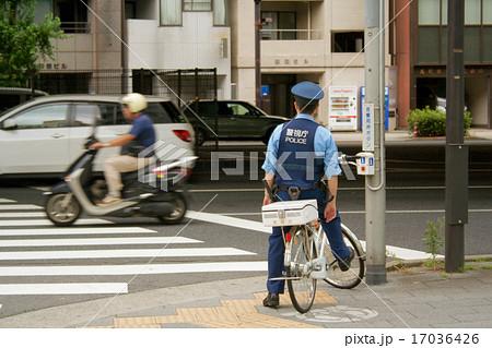 自転車に乗る警察官 17036426