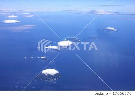伊豆諸島の島々、手前から利島、鵜渡根島、新島、式根島、神津島、三宅島、御蔵島 17056576