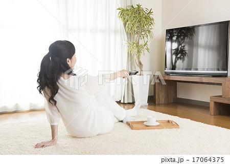 テレビを見る女性 17064375