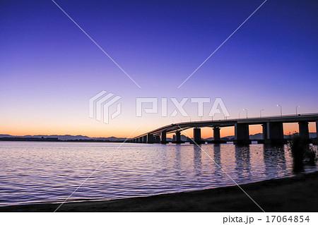 夜明けの琵琶湖大橋 17064854