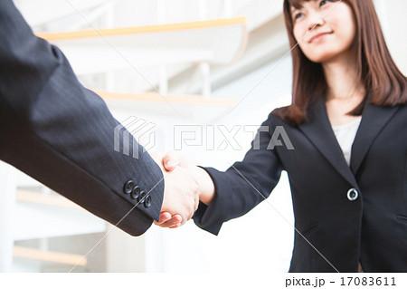 ビジネス 握手する女性のビジネスシーン 17083611