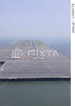 東京湾に浮かぶ羽田空港D滑走路の空撮 17084778