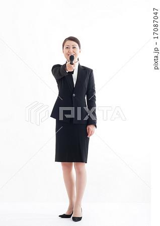 マイクを持っている女性の全身ポーズ 17087047