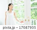 女性 窓 人物の写真 17087935