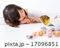 女性 女の子 お菓子 ダイエット 我慢 スイーツ ポートレート 糖質 脂質 炭水化物 白背景 コピー 17096851