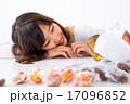 女性 女の子 お菓子 ダイエット 我慢 スイーツ ポートレート 糖質 脂質 炭水化物 白背景 コピー 17096852